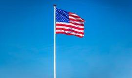 Bandera americana que agita en el viento, los E.E.U.U. Fotografía de archivo libre de regalías