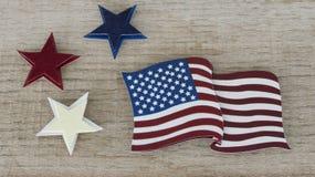 Bandera americana que pone completamente en un fondo de madera reclamado imagen de archivo