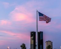 Bandera americana que vuela sobre el monumento 9-11 Foto de archivo
