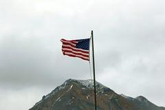 Bandera americana sobre un pico de montaña Fotografía de archivo libre de regalías