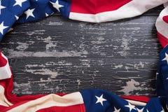 Bandera americana vieja en fondo de madera del tablón Foto de archivo