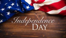 Bandera americana vieja en fondo de madera del tablón Imagenes de archivo