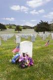 Bandera americana y lápidas mortuorias en el cementerio nacional de Estados Unidos Fotografía de archivo