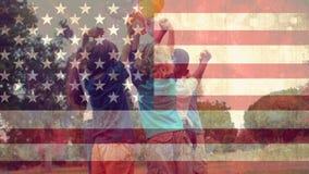 Bandera americana y niños felices metrajes