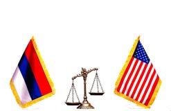 Bandera americana y rusa con las escalas de la justicia Fotografía de archivo libre de regalías