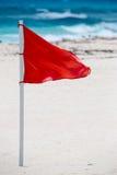 Bandera amonestadora roja en la playa Fotografía de archivo