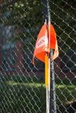 Bandera anaranjada del tráfico en el borde de la carretera imagenes de archivo