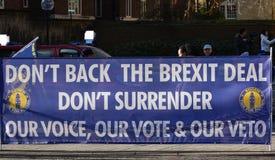 Bandera anti del trato de Brexit en Westminster Londres, Reino Unido enero de 2019 imágenes de archivo libres de regalías