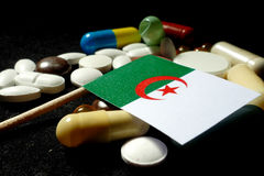 Bandera argelina con la porción de píldoras médicas aisladas en backgr negro Fotos de archivo