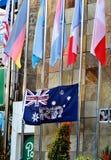 Bandera australiana con las fotos de víctimas del diagrama de bombardeo de Bali durante el monumento después de 15 años Imagen de archivo libre de regalías