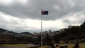 Bandera australiana que agita en el aire del cementerio conmemorativo de la O.N.U en Busán, Corea del Sur, Asia almacen de metraje de vídeo