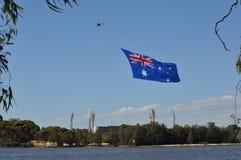 Bandera australiana remolcada por un helicóptero Foto de archivo libre de regalías