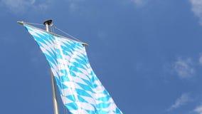 Bandera bávara delante del cielo azul