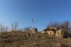Bandera búlgara en visoko búlgaro del proletta del preselet de Rupite de la región de Kozhukh en masiv imágenes de archivo libres de regalías