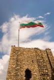 Bandera búlgara sobre la puerta en el castillo de Veliko Tarnovo Foto de archivo libre de regalías