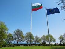 Bandera búlgara y la bandera de la unión europea Por el mar fotos de archivo libres de regalías