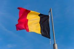 Bandera belga que agita contra el cielo azul imágenes de archivo libres de regalías