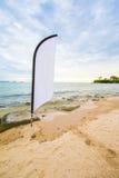 Bandera blanca para hacer publicidad en la playa Imagen de archivo libre de regalías