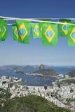 Bandera brasileña que golpea a Rio de Janeiro Skyline Scenic Overlook Fotografía de archivo libre de regalías