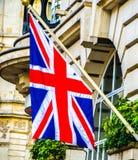 Bandera BRITÁNICA en el edificio en Londres durante tiempo de verano Imagen de archivo libre de regalías
