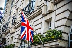 Bandera BRITÁNICA en el edificio en Londres durante tiempo de verano Imágenes de archivo libres de regalías