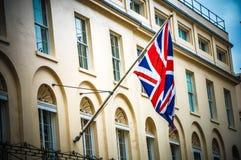 Bandera BRITÁNICA en el edificio en Londres durante tiempo de verano Imagen de archivo