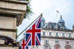 Bandera BRITÁNICA en el edificio en Londres durante tiempo de verano Fotografía de archivo