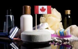 Bandera canadiense en el jabón con todos los productos para la gente h imagen de archivo