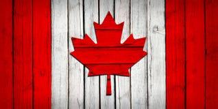 Bandera canadiense pintada en los tableros de madera imágenes de archivo libres de regalías