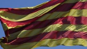 Bandera catalana que agita en el viento almacen de metraje de vídeo