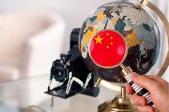 Bandera china en el globo con magnificar Fotografía de archivo