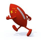 Bandera china en la bola de rugbi con los brazos y las piernas que funcionamientos lejos Fotos de archivo libres de regalías