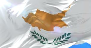 Bandera chipriota que agita en el viento con el cielo azul, lazo