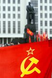 Bandera con símbolos soviéticos y Lenin Imagen de archivo