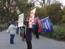 Bandera confederada en Washington Square Park, NYC, NY, los E.E.U.U. Imagen de archivo