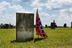 Bandera confederada y lápida mortuaria imagen de archivo