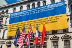 Bandera contra la agresión rusa en Ucrania en la pared del Imagen de archivo