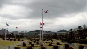 Bandera coreana que agita en el aire del cementerio conmemorativo de la O.N.U en Busán, Corea del Sur, Asia metrajes