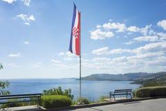Bandera croata delante del mar adriático Imagen de archivo libre de regalías