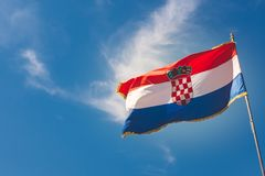 Bandera croata en el cielo azul con las nubes ligeras Foto de archivo libre de regalías