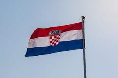 Bandera croata en el fondo Sunny Day Closeup De brillante del cielo azul Fotografía de archivo libre de regalías