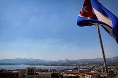 Bandera cubana que vuela sobre Santiago Imagenes de archivo