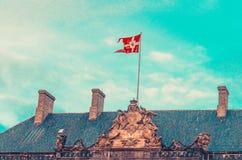 Bandera danesa nacional en Royal Palace Amalienborg Copenhague, Dinamarca fotos de archivo libres de regalías
