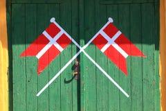 Bandera danesa pintada en la puerta verde de madera foto de archivo libre de regalías