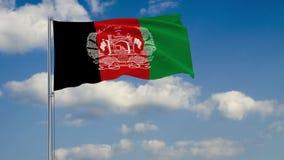 Bandera de Afganistán contra el fondo de las nubes que flotan en el cielo azul ilustración del vector