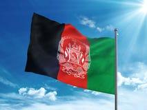 Bandera de Afganistán que agita en el cielo azul Foto de archivo