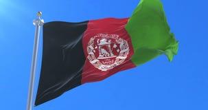 Bandera de Afganistán que agita en el viento en lento con el cielo azul, lazo