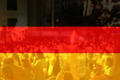 Bandera de Alemania con la gente que ruega Foto de archivo libre de regalías