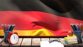 Bandera de Alemania que agita detrás de la tabla de madera