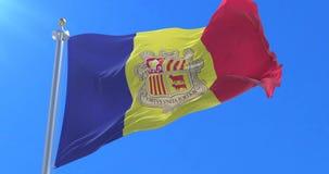 Bandera de Andorra que agita en el viento en lento con el cielo azul, lazo
